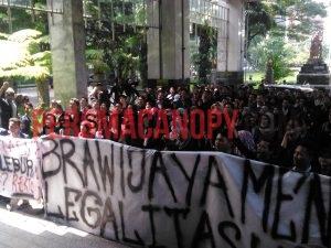 aliansi mahasiswa vokasi berorasi didepan gedung rektorat pada selasa (17/5/2016). Dok. CANOPY/Robin