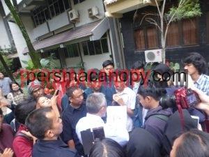 Munir mendatangani kesepatakan dengan mahasiswa Vokasi di depan gedung GB FP UB pada selasa (10/5/2016). Dok CANOPY/Alif.
